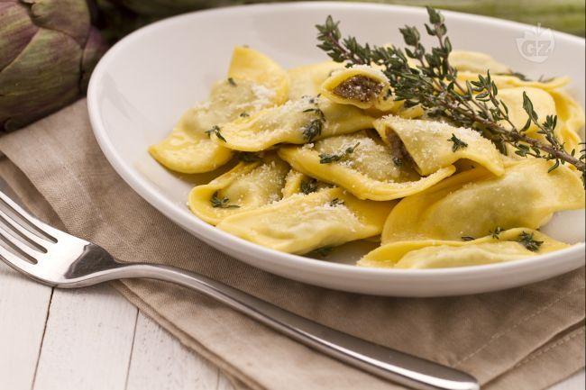 I ravioli di carciofi sono un primo piatto formato da pasta fresca all'uovo ripiena di carciofi e ricotta.