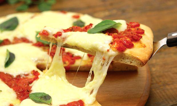Acordou com vontade de colocar a mão na massa e aliviar o stress do dia a dia? Confira essa receita simples e saborosa de Pizza Marguerita!