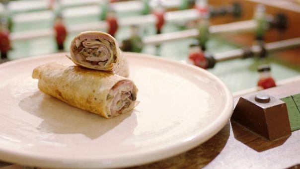 Wrap met varkensvlees, ham, kruidenkaas en champignons