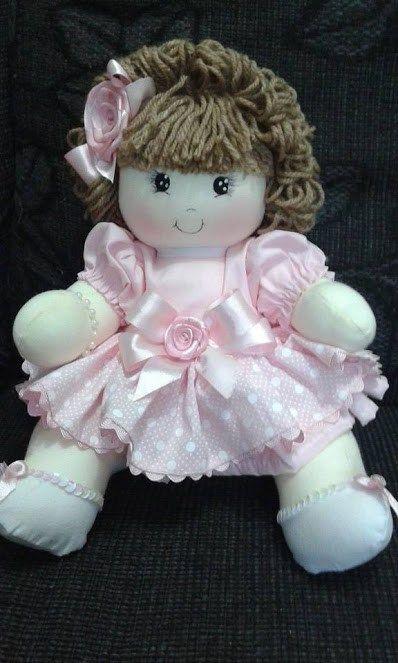 Patrón de una linda y dulce muñeca de trapo vestida de rosita y con pelo de lana.