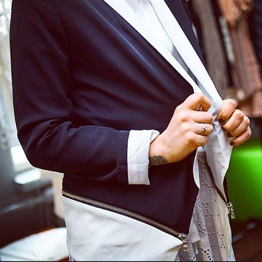 """Рубрика """"Детали"""": Пиджак, в котором отстегнув низ можно сделать укороченный вариант - блейзер или косуха, на ваш выбор #Suitster #brands #chalk #style #fashion #summer #girls #jacket #online #shopping #store #Ukraine #Kiev #Europe #USA #black #white"""