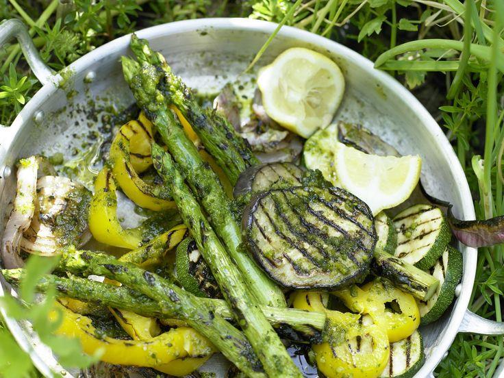 Gegrilltes Gemüse - mit Pesto-Dressing - smarter - Kalorien: 118 Kcal - Zeit: 30 Min.   eatsmarter.de