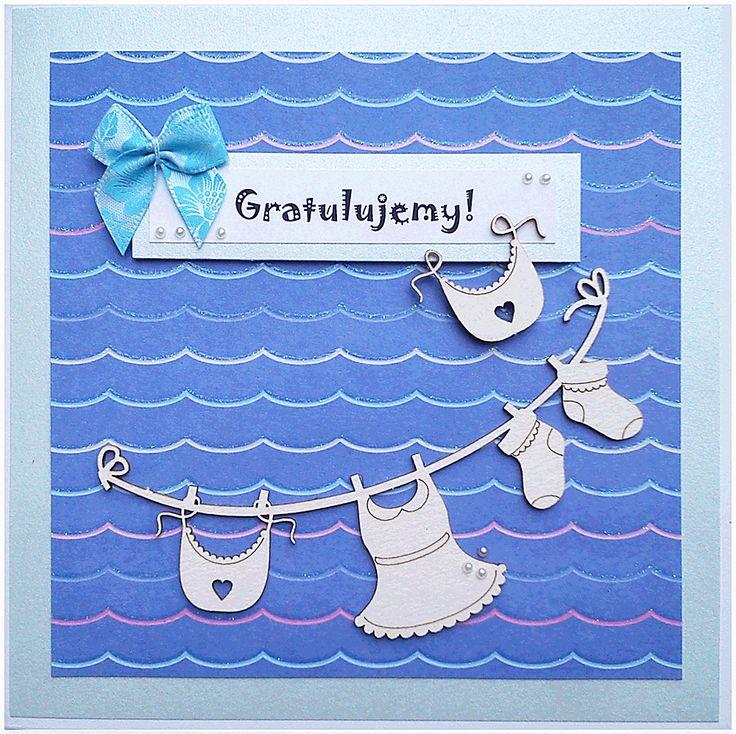 Kartka dla świeżo upieczonych rodziców z okazji narodzin córeczki – nie-różowa, ale z tłem przypominającym wodę, ponieważ rodzinka uwielbia spędzać czas pod żaglami. #kartka #papercard #papercrafts #craft #handmadecard #handmade #scrapbooking #scrapbookingcards #rekodzielo