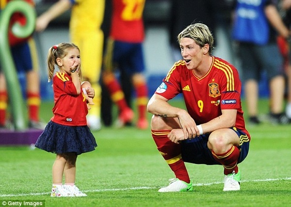 theres just to much cuteness going on here (Torres with his daughter)
