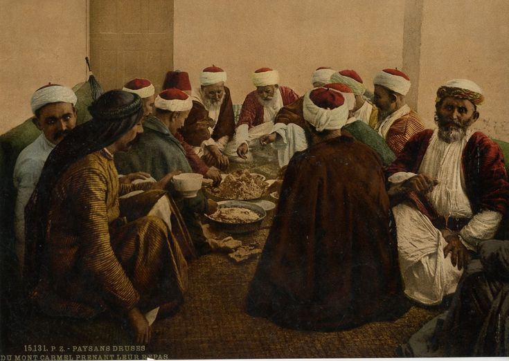 Paysans druses du Mont Carmel prenant leur repas.    #Orient #Proche_Orient_Near_East