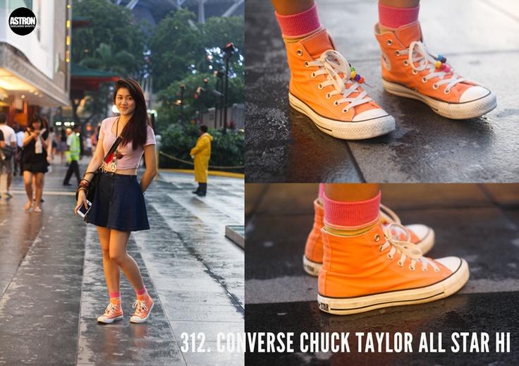 Look con #zapatillas @converse All Star Hi en naranja.