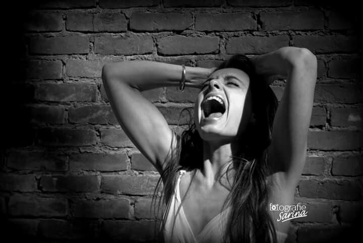 Scream.  Schreeuwen. Angry. Photography. Black and White. Depression. Photoshoot. Onmacht.