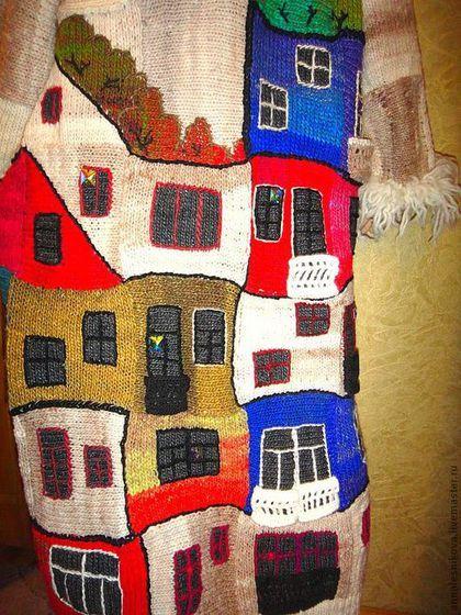 Купить или заказать Пальто 'Хундертвассер' в интернет-магазине на Ярмарке Мастеров. Пвльто выполнено вручную из пряжи Норо , опушка - Анни Блатт. Хундертвассер - австрийский гениальный архитектор, его дома как детские рисунки и на крышах его домов всегда растут деревья, трава, цветы и кустарники. Ему посвящаю еще один блок в моей коллекции. Также как у Гауди нет ни одной 'правильной' -прямой линии, его изгибы домов, этажей, так подходят к моему пэчворку...