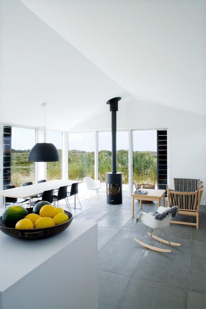 Deens zomerhuis met stoere betonnen tegelvloer