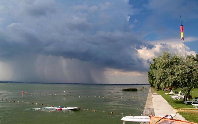 """FOTO Furtună spectaculoasă, cu aspect de tornadă, la Mamaia. Trei nori în formă de ciupercă nucleară """"au supt"""" apa din lacul Siutghiol"""