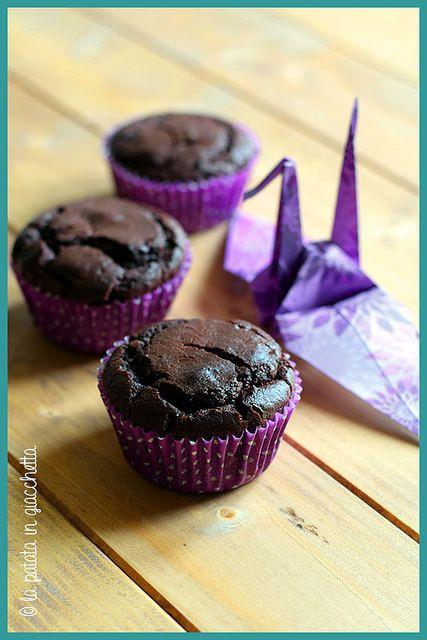Questi muffin sanno tantissimo di cioccolato fondente, e non sono troppo dolci come a volte capita in questi dolci di ispirazione americana. Hanno il difetto di sbriciolarsi un po', ma bisogna comunque ricordare che tra gli ingredienti non ci sono né uova né burro!