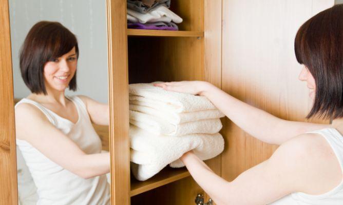 Evitar la humedad de los armarios colocar tizas y para evitar las polillas poner saquitos de lavanda