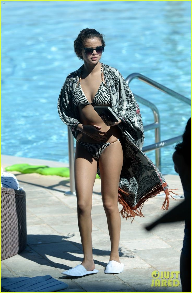 selena gomez bikini beach babe in miami 21 Selena Gomez shows off her amazing bikini body while soaking up the sun on Monday afternoon (October 28) in Miami, Fla.    The 21-year-old singer enjoyed some down…