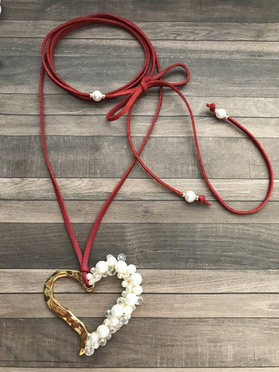 Corazon perlado en collar metalico ajustable. Suede necklace.