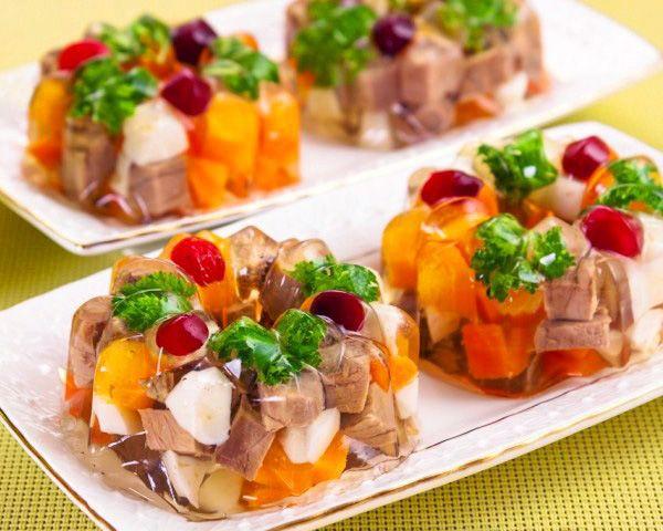"""Праздничное порционное заливное """"Пальчики оближешь"""" Представляем вам рецепт шикарно-красивого и обалденно вкусного заливного."""