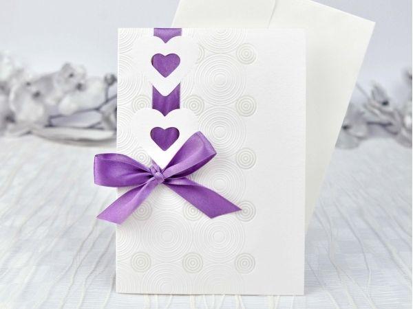 Invitație de nuntă cu inimioare decupate.  Disponibilă, la alegere, cu 4 variante de panglică: crem-rose, turcoaz, violet și grena.