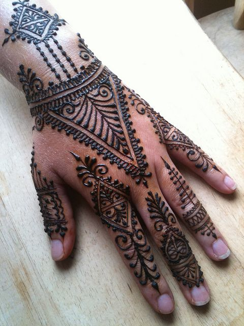 It looks so complicated but it is actually really simple! But I don't think i would be able to do this! My hand would shake and the henna would go everywhere!