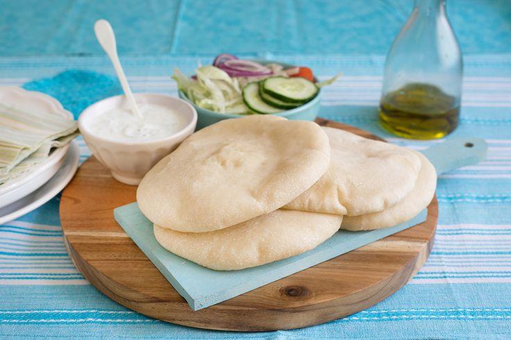 La pita greca è un tipo di pane lievitato tipico della cucina Medio Orientate, e greca in particolare. Ecco come farlo in casa.