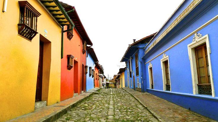 Carrera 3 con calle 9 a tan solo una cuadra de Alegrias Hostel tenemos esta famosa calle de Bogota, en La Candelaria. https://www.alegriashostel.com