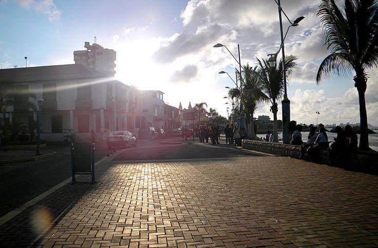Playa de La Libertad. Santa Elena Ecuador. Foto: @caracolapurpura  #travel #Ecuador #LaLibertad #viajes #vacaciones #turismo #AllYouNeedIsEcuador #photography #CaracolaPurpura
