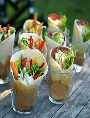 Que tal essas mini saladinhas servidas em copinhos?