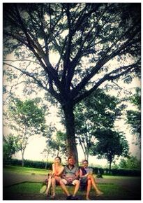 Dad piday and reni under the tree