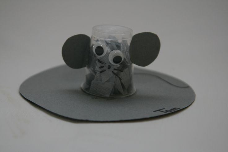 Een muis gemaakt van een medicijnbekertje. Gevuld met crêpepapier, beplakt met wiebeloogjes en snorharen.