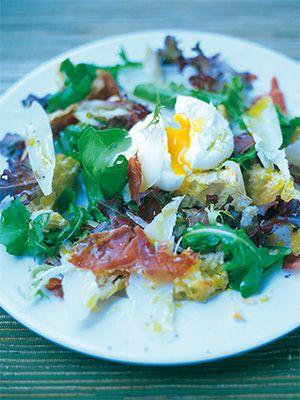 Рецепт «Теплый салат из хлеба, хрустящей копченой грудинки, пармезана и яйца-пашот» из книги «Счастливые дни с Голым поваром» Этот рецепт из раздела «Салаты». #recipe #jamieOliver #oliver #cookbooks #cookbooksru
