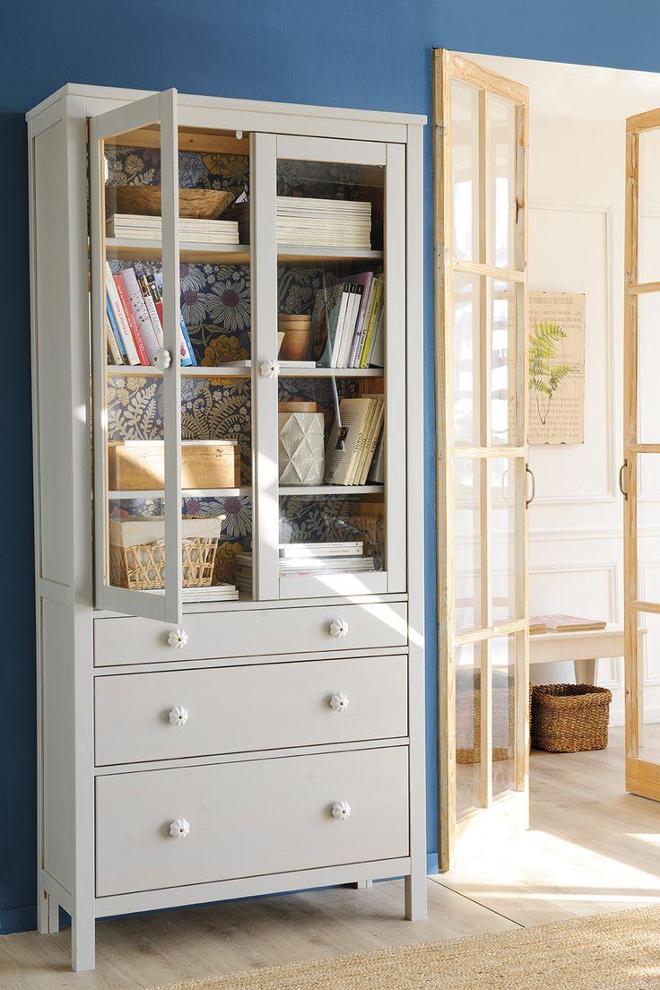 Alacena HEMNES de Ikea pintada de gris, decorada con papel pintado de flores por dentro y distintos tiradores en los cajones