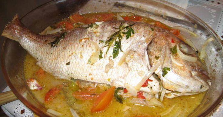 Fabulosa receta para Pargo asado al horno. El Pargo es un pescado muy rico, bien de precio y esta receta mezcla otros ingredientes mediterráneos para lograr un plato sabroso y jugoso. Vídeo: Como limpiar un pescado