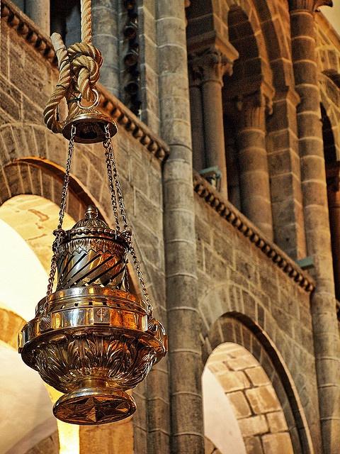 El #botafumeiro. En la Edad Media era instrumento de purificación de la catedral en la que se apiñaban las multitudes. Para ponerlo en movimiento se necesitan ocho hombres, llamados 'tiraboleiros'. Hoy, 800 años después, sigue maravillando a los presentes con su asombroso recorrido pendular frente al altar mayor.