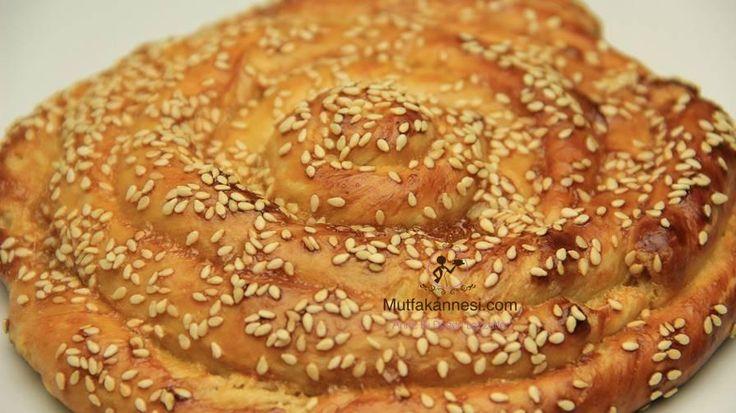 Tahinli Anadolu çöreği tarifi nefis bir hamur işi tarifi ; Ilık suyumuzda maya ve şekerimizi eritiyoruz.