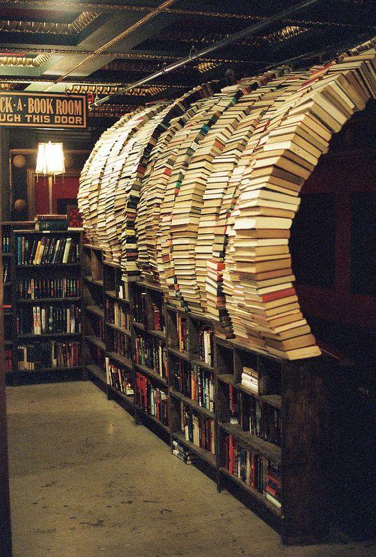 The Last Bookstore, Los Angeles, California. compran libros