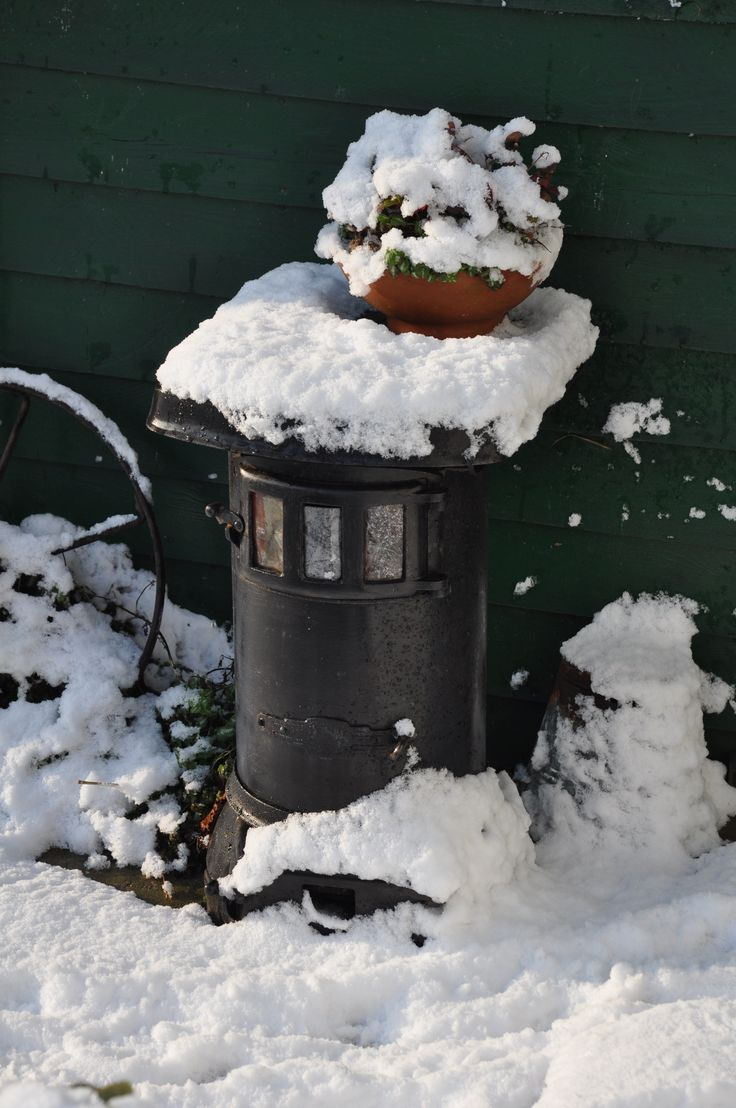 Oude kachel in de sneeuw, eigen verzameling