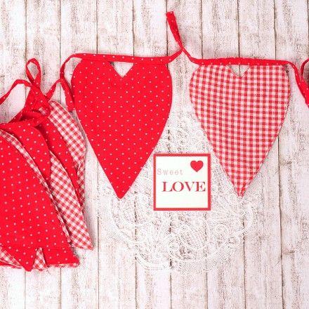 Banderin de tela con corazones rojos
