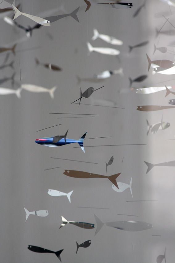 We went for a very nice walk in Paris on May day. It was so nice to walk in empty streets, just looking at shops without spending a penny! The metallic fish mobiles caught my eyes in the Bonpoint shop...