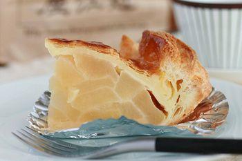 名物「アップルパイ」。カルピスバターをふんだんに練りこみ、焼きたてサクサクです。ウェブショップから通販も可能!近江屋洋菓子店