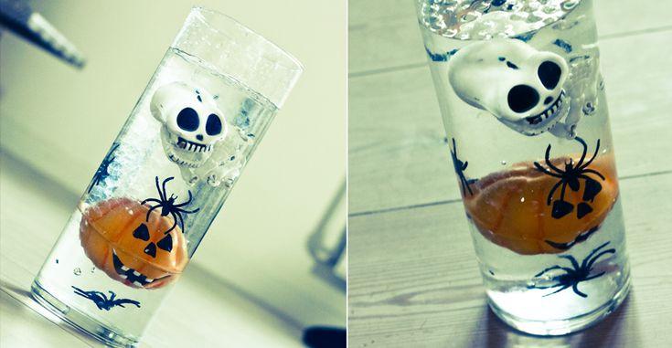 Vi prøvede at lege lidt med vandperler omkring et halloween tema, og dette var resultatet. Hertil er brugt ca en halv pose (5 gram) gennemsigtige vandperler. Mængden af vandperler vil dog variere, i forhold til hvad man kommer i af pynt og hvor stor vasen er. Hvis man ønsker det, kan man også komme et flydelys i toppen. F. eks et orange vil passe perfekt i denne sammenhæng. Men det er jo alt efter hvad man selv er til.