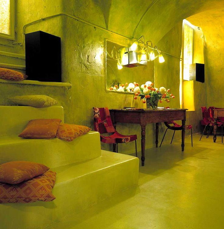 pavimento cemento lucidato, scale in microcemento, pareti in calce