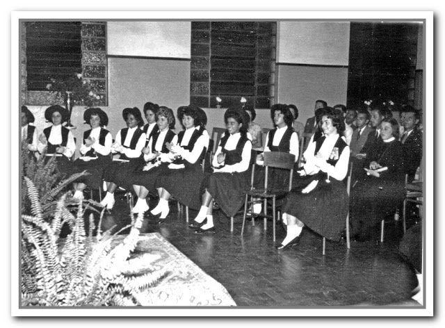 MEMÓRIAS OURINHENSES: AS FORMATURAS ESCOLARES AO LONGO DE TRÊS DÉCADAS  Alunas do curso ginasial do Educandário Santo Antônio, na cerimônia de formatura, em 1959.