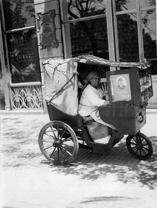 Barrio Constitución, venta de cigarrillos y fósforos, en carrito con imagen del príncipe de Gales, año 1926.