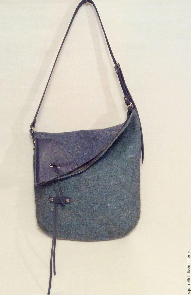 Купить или заказать Валяная сумка Асимметрия-3 в интернет-магазине на Ярмарке Мастеров. Ассиметричная валяная сумка-мешок из бергшафа на кожаных ремнях. Одна сторона меланжевая синяя, другая меланжевая зеленая, отделка - синяя кожа. Унисекс. Завязывается на кожаный шнурок, хромированная фурнитура, подкладка из хлопка. Внутри на стенках карман на молнии и карман с двумя отделениями.. Полезный размер 37*39 см, вмещается формат А4. Возможно изготовление на заказ в другом цвете из менее…