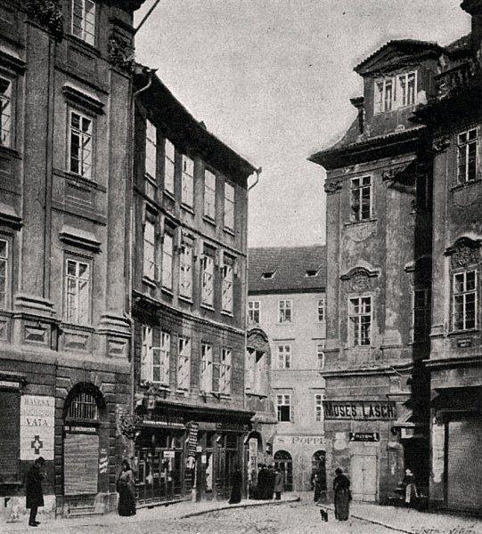"""Praha Neznámá on Twitter: """"Pražské ghetto 1902. Vchod do Dlouhé třídy ze Staroměstského náměstí. Fotografie Jindřicha Eckerta. https://t.co/NYeKj5ZKQQ https://t.co/9DOtbcT30E"""""""