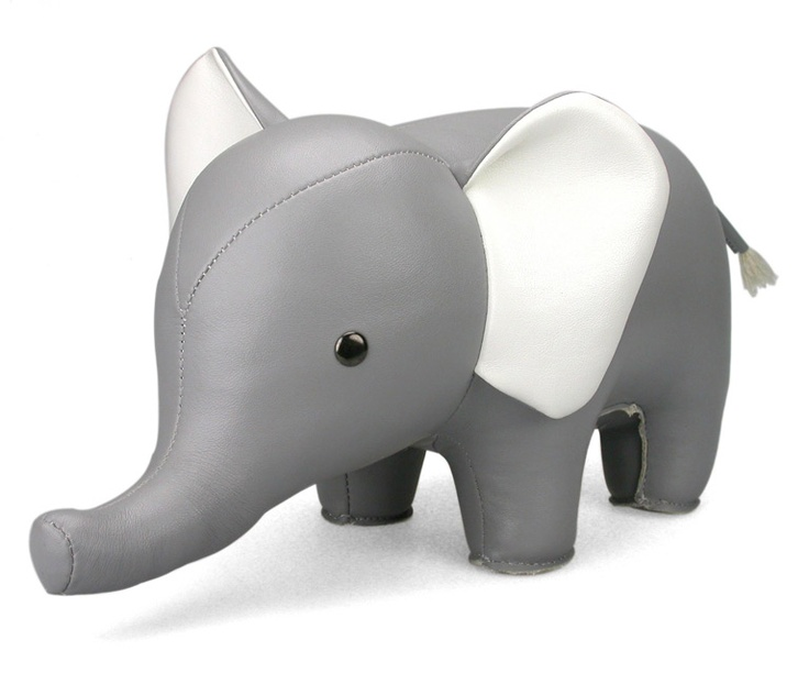 Podpórka do książek Słoń. Podpórka do książek Słoń, jak na prawdziwego słonia przystało może pochwalić się sporą wagą. W przypadku podpórki do książek stanowi to nie lada atut. Szara lub brązowa sylwetka sympatycznego zwierzaka będzie doskonale komponować się zarówno w nowoczesnych, jak i klasycznych wnętrzach. Zobacz na FabrykaForm.pl