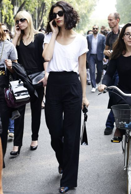 Soft wide trousers + soft slouchy tee + pointy shoes. Bold yet simple.
