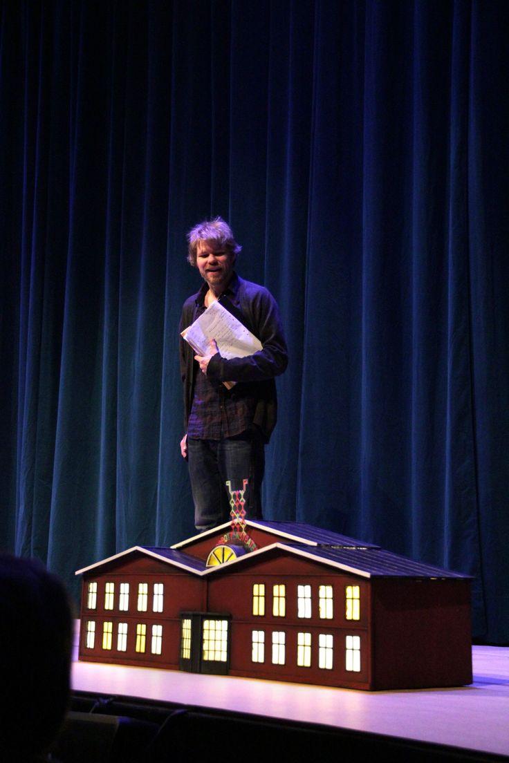 """Regissören Karl Seldahl vid """"det växande slottet"""" aka Norrbottensteatern. Scenograf Lotta Nilsson. Fotograf Linda Sinkkonen. #ettdrömspel #drömspelet #modern #klassiker #miniatyr #teater #hus #rekvisita #scenografi"""