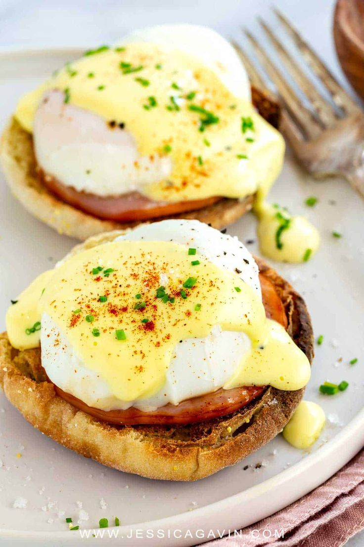 Eggs Benedict Easy eggs benedict breakfast with poached eggs on top of toasted English muffin, savory Canadian bacon, and drizzled with hollandaise sauce. Egg Recipes, Brunch Recipes, Gourmet Recipes, Breakfast Recipes, Cooking Recipes, Pancake Recipes, Crepe Recipes, Breakfast Sandwiches, Waffle Recipes