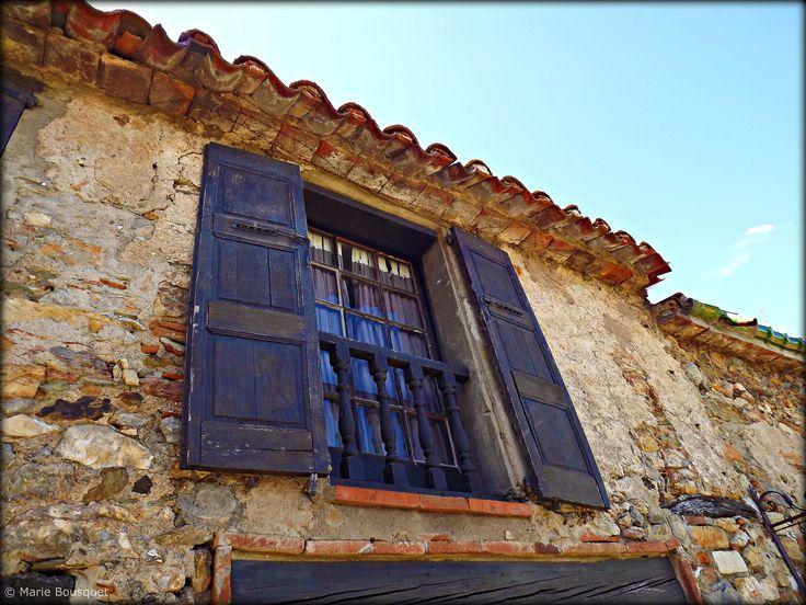 https://flic.kr/p/dAhzMj | Porte-fenêtre avec balustrade en bois | Castelnou, l'un des plus beaux villages de France. Voir ce lien pour plus de renseignements : www.les-plus-beaux-villages-de-france.org/fr/castelnou-0