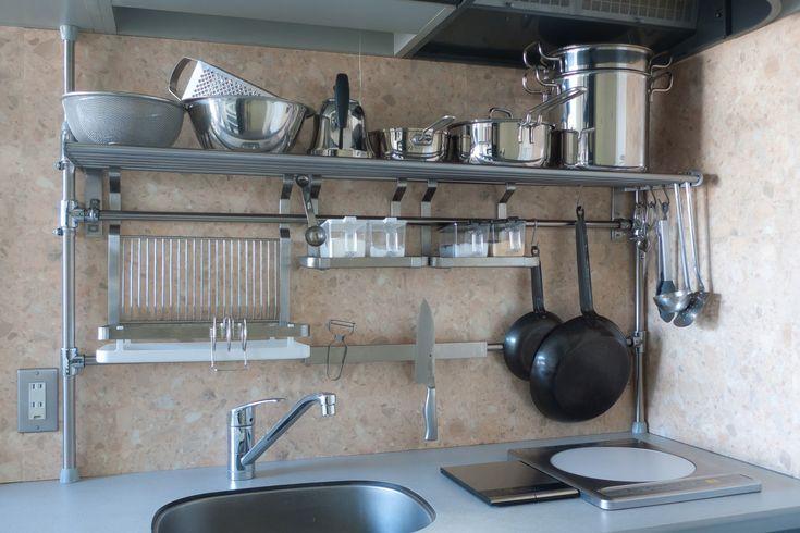 海外の「スチールラック」活用術。実用性だけじゃなくおしゃれアイテム ... こちらは突っ張りタイプのスチールラック。狭いキッチンで収納が少ない時に重宝するアイテムですね。突っ張り棚に水切りカゴや調理器具を掛けておくフック、調味料 ...