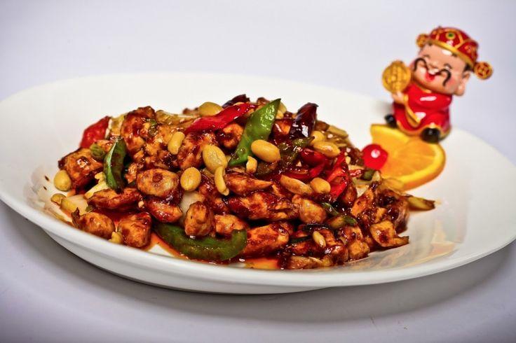 Neben Gerichten mit Ente und Huhn bereiten wir für Sie auch die original Peking Ente zu: Mit Gemüsestreifen und dunkler Sauce im Pfannkuchen.